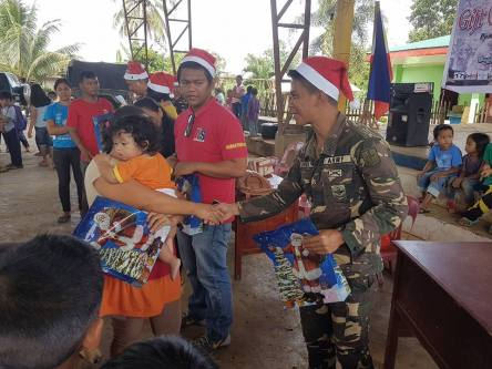 army-gift-giving4